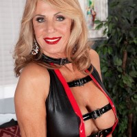 Gangly sandy-haired grannie Phoenix Skye providing hefty rod hand job and BJ in high-heeled shoes